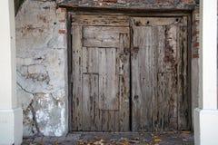 Выдержанные деревянные двери с замком стоковое фото