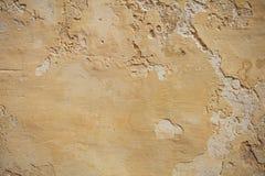 Выдержанный желтый цвет покрасил частично увяданную предпосылку стены, Стоковое Изображение RF
