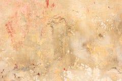 Выдержанный желтый цвет покрасил частично увяданную предпосылку стены, Стоковое фото RF