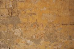 Выдержанный желтый цвет покрасил частично увяданную предпосылку стены, Стоковые Фото