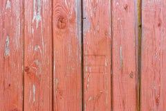Выдержанный красный цвет покрасил деревянную текстуру планок с scuffs абстрактная предпосылка деревянная стоковые изображения