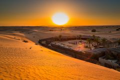 Выдержка захода солнца пустыни около Дубай, Объединенных эмиратов стоковое фото rf
