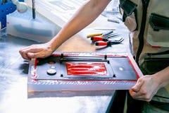 Выдержка работника пластиковая деталь от прессформы Производство пластиковых продуктов Средняя концепция дела Конец-вверх рук стоковая фотография