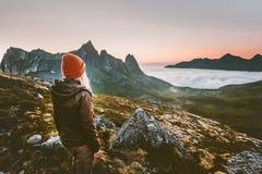 Выживание женщины туристское пешее в горах самостоятельно стоковое изображение rf