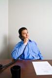 вызовите детенышей телефона человека Стоковые Фото