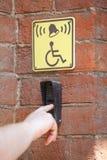 Вызовите кнопку для неработающей встроенной таблеток отмеченных стеной желтых Стоковое Изображение