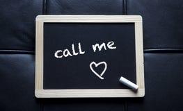 Вызовите меня написанный на черной доске мела Стоковое Фото