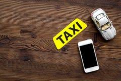 Вызовите такси с передвижным copyspace взгляд сверху предпосылки деревянного стола app Стоковое Изображение