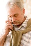 вызовите человека возмужалым телефоном старшее заботливое стоковые изображения rf