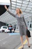 вызывать франтовскую женщину таксомотора стоковая фотография rf