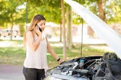 Вызывать чрезвычайное обслуживани автомобиля стоковые изображения rf