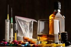 вызывающие привыкание вещества, включая спирт, сигареты и лекарства стоковая фотография
