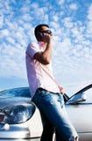 вызывающ автомобиль клетчатым красивый человеком около телефона стоковое фото rf