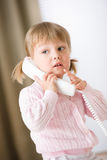вызывая девушка держа меньший телефон приемника Стоковое фото RF