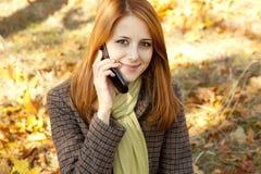 вызывая девушка с волосами красный цвет телефона Стоковые Изображения