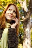 вызывая девушка с волосами красный цвет телефона Стоковые Изображения RF