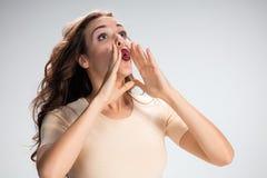 Вызывая девушка или женщина на серой предпосылке Стоковая Фотография RF