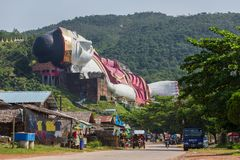 Выиграйте Sein Taw Ya, самое большое возлежа изображение Будды в мире, в Kyauktalon Taung, около Mawlamyine, Мьянма Стоковое Изображение RF