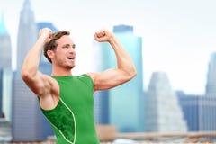 Выигрывая веселить празднующ бегуна спортсмена стоковые фото