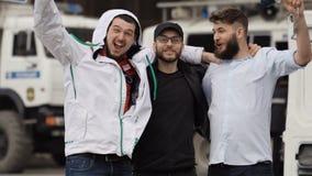Выигрывая держать пари спорт Люди радуются в победе любимой команды Футбольный болельщик сток-видео