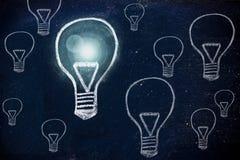 Выигрывая идея, дизайн мелка с лампочками иллюстрация штока