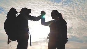 Выигрыш концепции путешествием дела человека и женщины сыгранности Туристы человек команды и руки встряхивания помощи силуэта зах видеоматериал