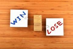 Выигрыш теряет, 2 бумажных примечания в различных направлениях на древесине Стоковое Изображение RF