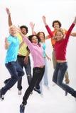 выйденные детеныши людей группы скача Стоковые Изображения