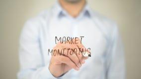 Выйдите контроль вышед на рынок на рынок, сочинительство человека на прозрачном экране Стоковое фото RF