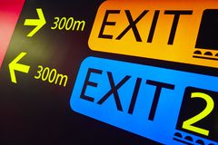 Выйдите столб сигнала информации на крупный аэропорт Backgro перемещения Стоковые Изображения