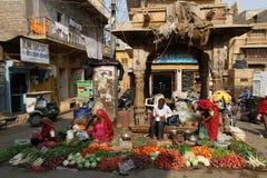 Выйдите сцену вышед на рынок на рынок в Jaisalmer, Раджастхане, Индии Стоковые Фото