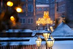 Выйдите города вышед на рынок на рынок сестры (der Partnerstädte) Christkindlesmarkt Markt, Нюрнберг Стоковое фото RF