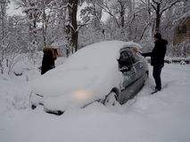 Выкапывать вверх машину снега стоковые изображения rf