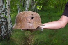 Выкапывающ в лесе немецкий шлем M35 имитационно Спасение WW2 Россия стоковые изображения