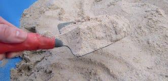 выкапывая песок персоны Стоковая Фотография