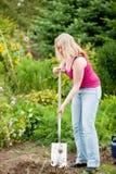 выкапывая садовничать над женщиной почвы стоковое изображение