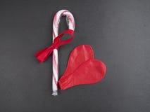 2 выкачали красный воздушный шар формируя сердце Стоковые Фото