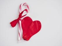 2 выкачали красный воздушный шар формируя сердце Стоковые Изображения