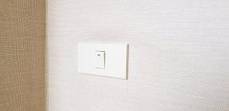 Выключатель включено-выключено на коричневых обоях для открытого освещения внутри комнаты или здания стоковое фото rf