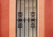 Выкованная решетка на красной стене Стоковая Фотография