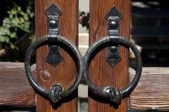 Выкованные кольца на дверях Стоковое Фото
