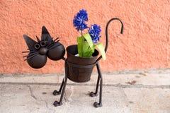 Выкованный декоративный цветочный горшок кота Стоковые Изображения
