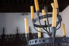 Выкованный канделябр с свечами воска в старом доме Стоковые Изображения RF
