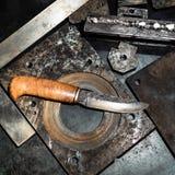 Выкованный нож на верстаке в мастерской turnery стоковые изображения rf