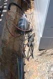 Выкопенная экскаватором зона вокруг европейской коробки распределения телефона получая готовый быть модернизированным к кабелю оп Стоковая Фотография
