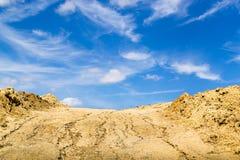 Выкопенные экскаватором грязь и голубое небо Стоковое Изображение RF