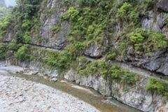 Выкопенный экскаватором канал на скалу Стоковая Фотография