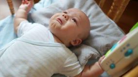 Выкрику младенца лежа в его кровати от голодного, нужно молоко и один без мамы сток-видео
