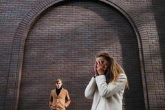 Выкрик девушки эмоции распада отношения датировка влюбленности стоковая фотография rf