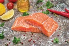 Выкружка семг Свежее и красивое salmon филе на деревянном Стоковые Изображения RF